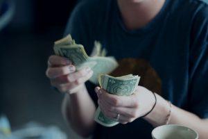 Regnskapsfører teller pengene i hånden